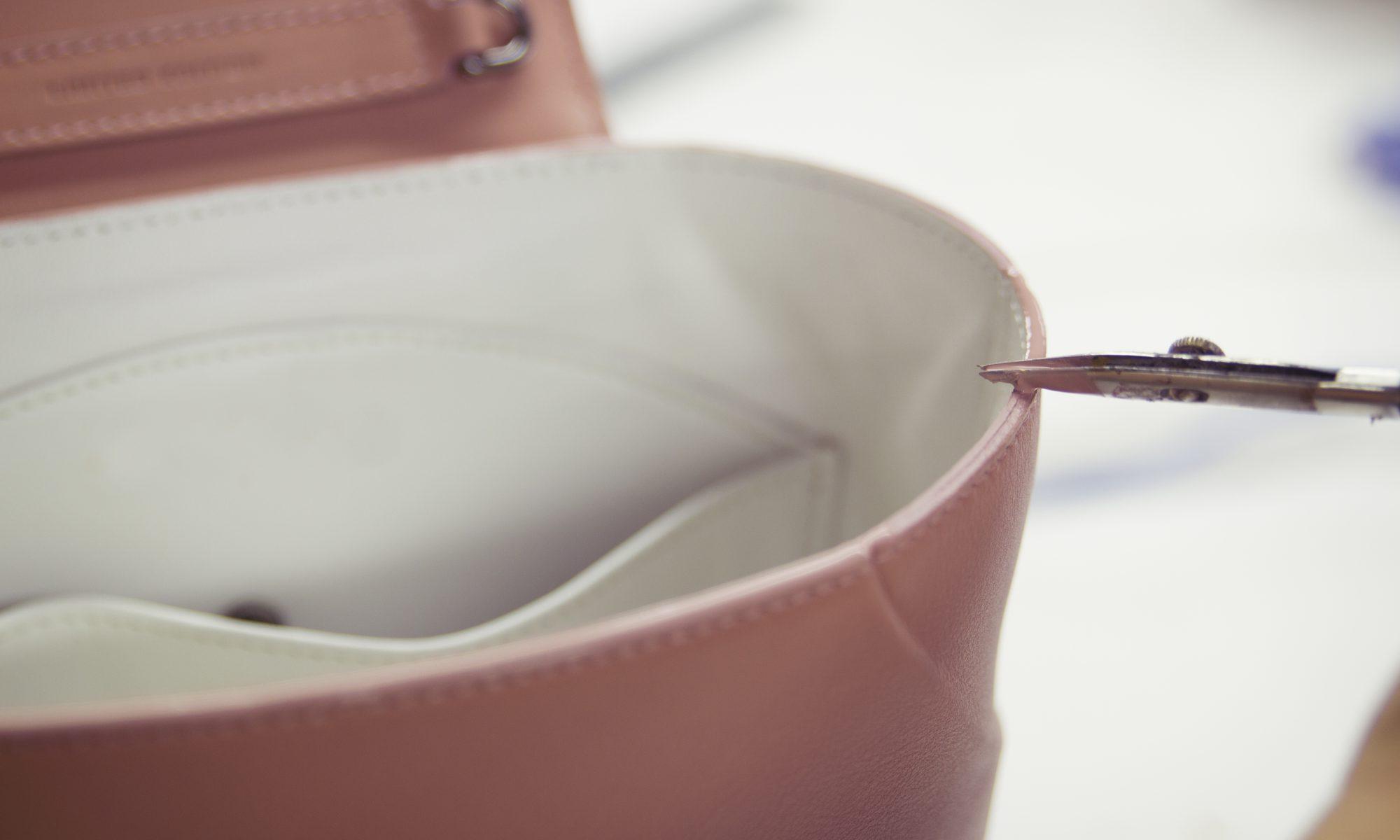 Artesanos pintando bolso